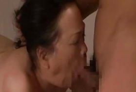 投篮亚洲的老奶奶色情行动色情片在垃圾桶里喝醉了