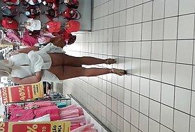 色情母亲和儿子看没穿内裤的购物中心。 小鸡年轻的色情照片
